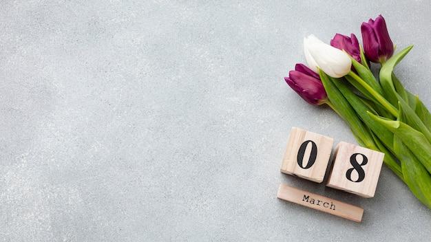 Boeket tulpen en 8 maart belettering met kopie ruimte