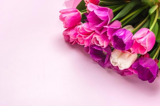 Boeket tulpen geïsoleerd op roze achtergrond. bovenaanzicht
