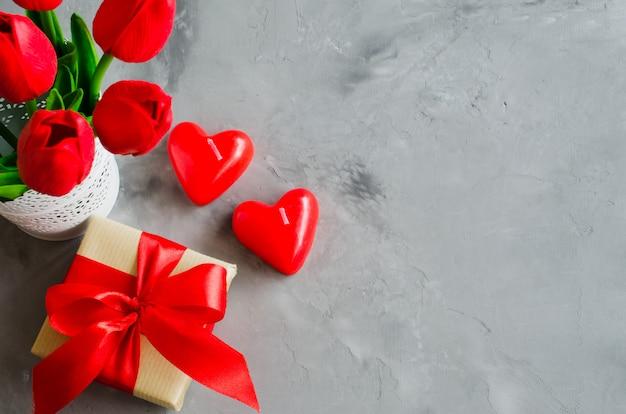 Boeket tulpen, geschenkdoos en decoratieve harten voor valentijnsdag, dames- of moederdag.