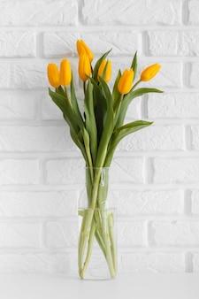 Boeket tulpen in doorzichtige vaas