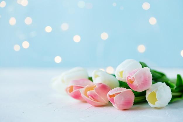 Boeket tulpen met bokeh lichten