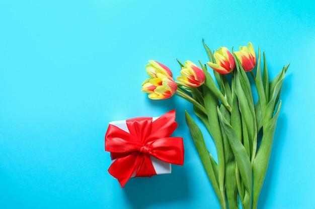 Boeket tulpen met geschenkdoos