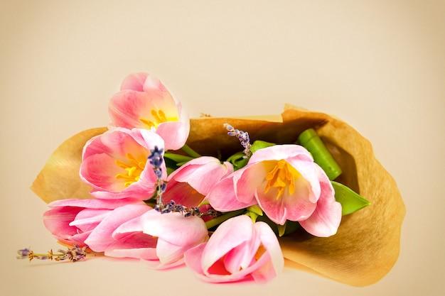 Boeket tulpen op een witte achtergrond voor reclame