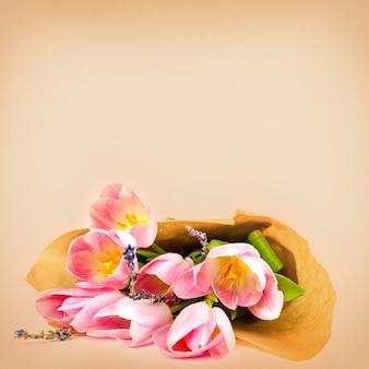 Boeket tulpen op een witte ondergrond voor reclame