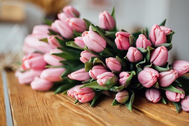 Boeket tulpen op houten tafelrandontwerp