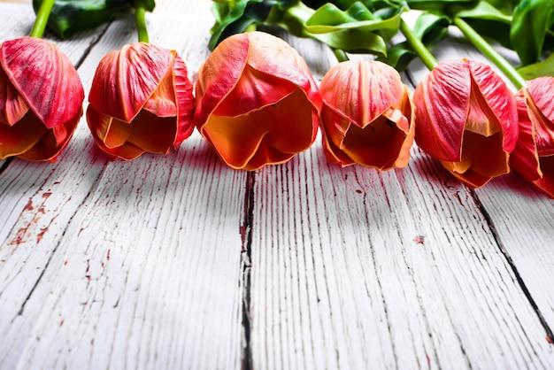 Boeket tulpen over een rustiek houten tafelblad