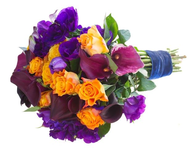 Boeket van calla lelie, rozen en eustoma bloemen geïsoleerd op wit