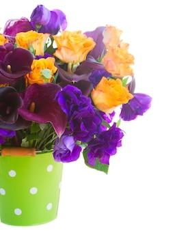Boeket van calla lelie, rozen en eustoma bloemen in groene pot close-up geïsoleerd op wit