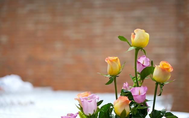 Boeket van diverse veelkleurige rozen