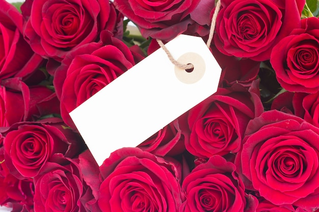 Boeket van donkerrode luxe rozen close-up met lege tag