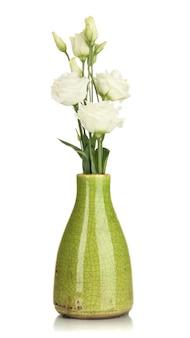 Boeket van eustoma bloemen in vaas geïsoleerd op wit