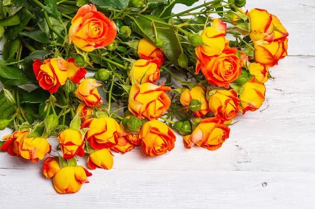 Boeket van feloranje rozen op felgele achtergrond