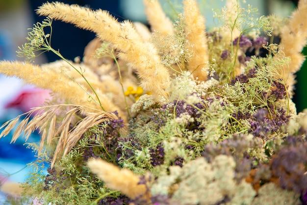 Boeket van gedroogde wilde bloemen en spikelets op een landelijke beurs close-up.
