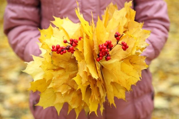 Boeket van gele bladeren in handen