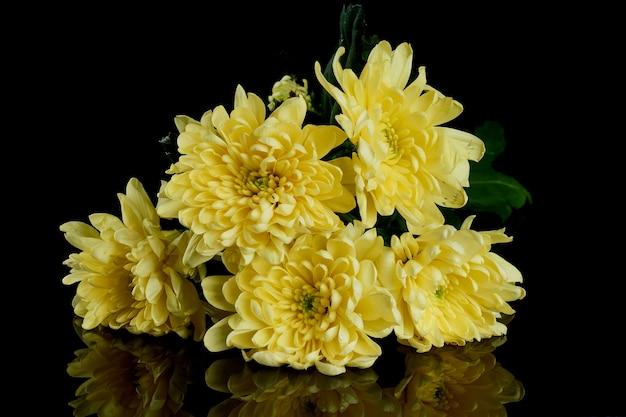 Boeket van gele chrysanten op een zwarte achtergrond