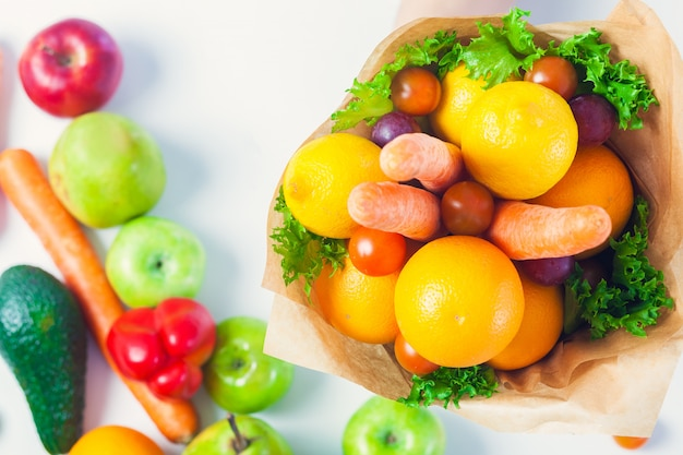 Boeket van groenten en fruit gemaakt door eigen handen. helder lekker vers voedsel
