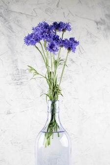 Boeket van helder blauwe bloemen
