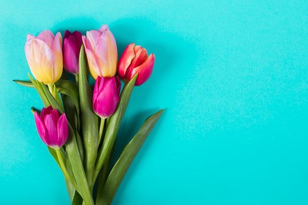 Boeket van heldere tulpen