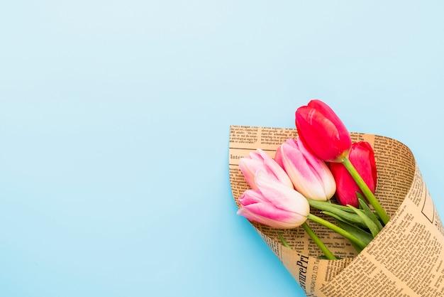 Boeket van heldere verse bloemen in ambachtelijke papier