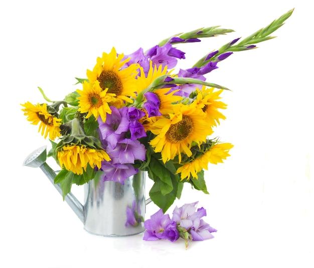 Boeket van heldere zonnebloemen met gladiolen geïsoleerd op whute