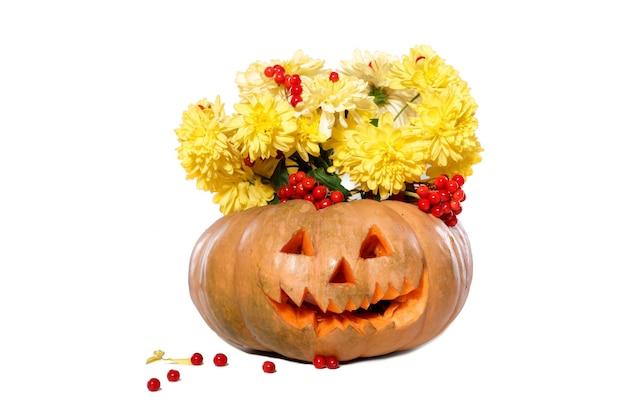 Boeket van herfst gele bloemen in een pompoen. halloween
