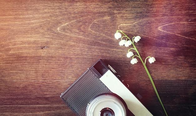 Boeket van jonge lelietje-van-dalen op een houten tafel