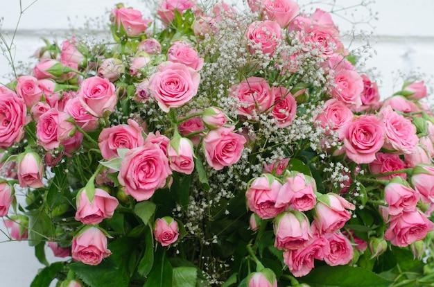 Boeket van kleine roze rozen, close-up