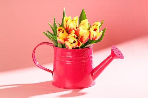 Boeket van kleurrijke bloeide tulpen