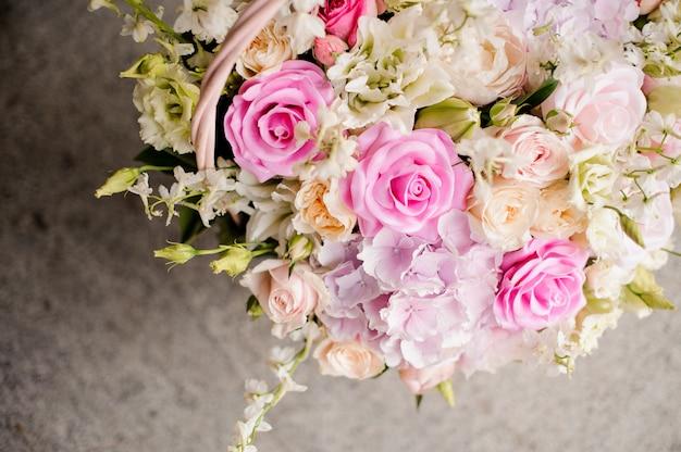 Boeket van kleurrijke bloemen in mooie rieten mand