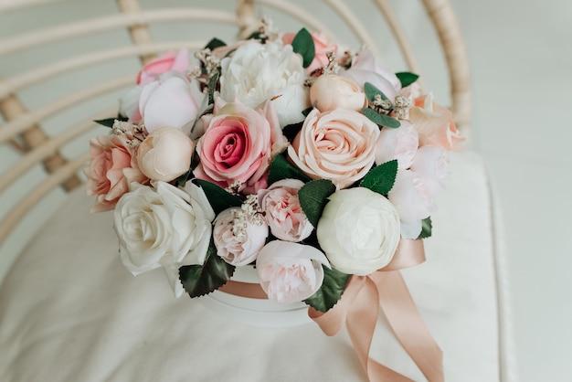 Boeket van kunstmatige decoratieve bloemen op een witte ondergrond close-up