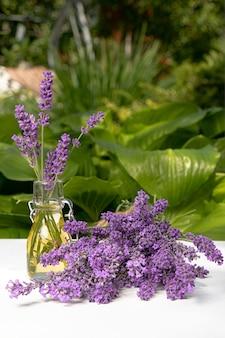 Boeket van lavendel in een vaas en op een tafel in de tuin