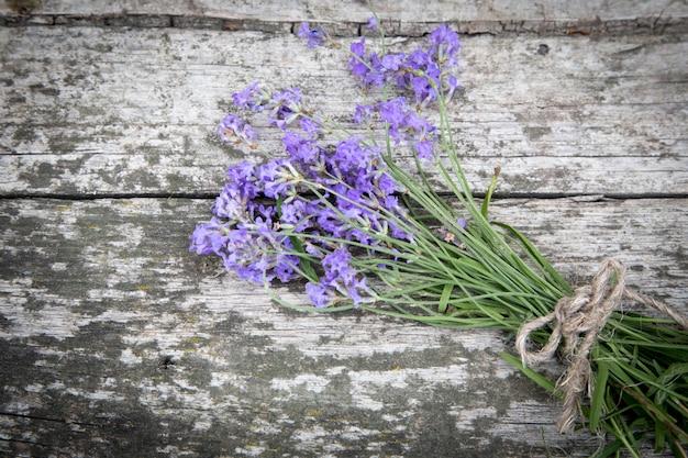 Boeket van lavendel op de oude rustieke tafel