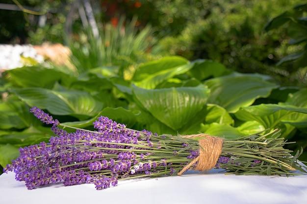 Boeket van lavendel op een tafel in de tuin