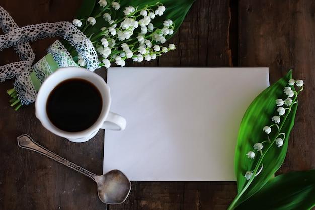 Boeket van lelietje-van-dalen en koffie in de ochtend