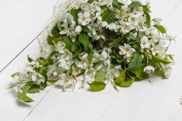 Boeket van lente appelboom bloemen in een vaas. romantisch bloemstilleven