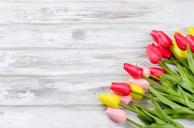Boeket van lente kleurrijke tulpen