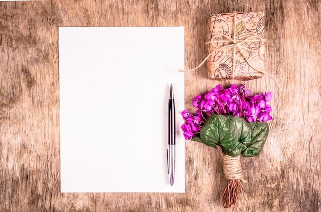 Boeket van lentebloemen en geschenkdoos
