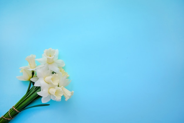 Boeket van lichtgeel met witte narcissen op blauwe achtergrond