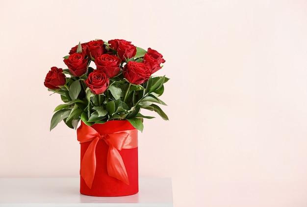 Boeket van mooie bloemen op tafel