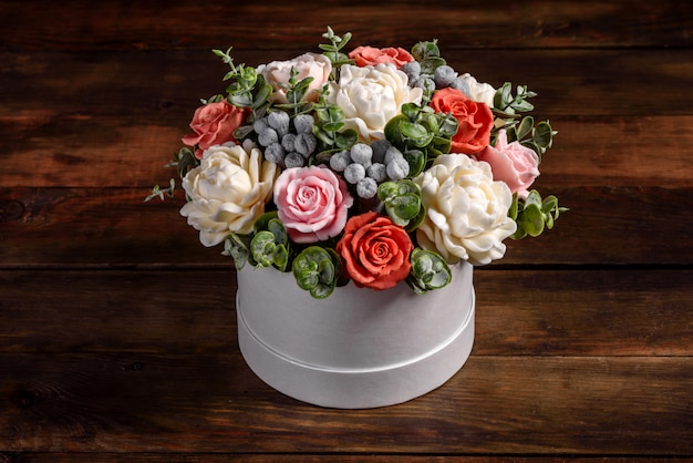 Boeket van mooie felroze bloemen in een cilindrische geschenkverpakking. geschenk boeket van zeepbloemen