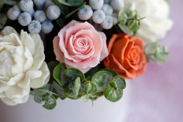 Boeket van mooie felroze bloemen in een cilindrische geschenkverpakking