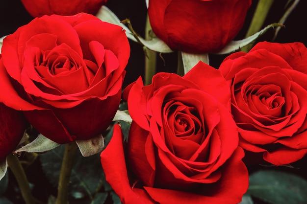 Boeket van mooie rode rozen op een zwarte achtergrond