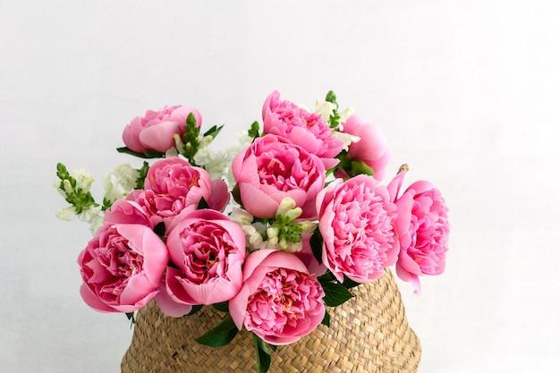 Boeket van mooie roze pioenrozen in stromand