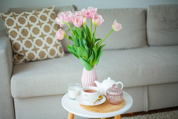 Boeket van mooie tulpen in een vaas in een interieur. voorjaar.