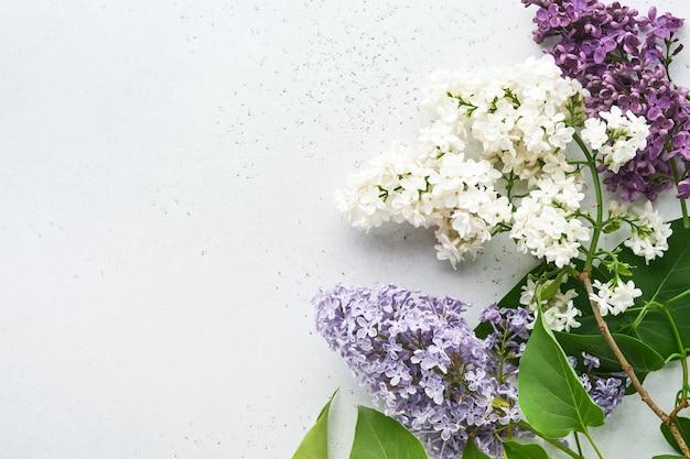 Boeket van mooie witte en paarse lila op grijze achtergrond. bovenaanzicht. feestelijke wenskaart met pioenroos voor bruiloften, happy womens day valentijnsdag en moederdag.