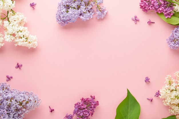 Boeket van mooie witte en paarse lila op roze achtergrond. bovenaanzicht. feestelijke wenskaart met pioenroos voor bruiloften, happy womens day, valentijnsdag en moederdag.