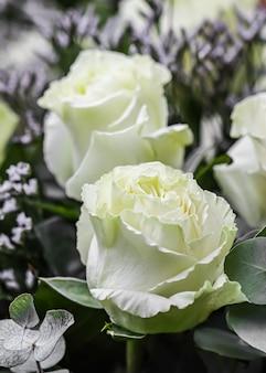 Boeket van mooie witte rozen perfect voor wenskaart achtergrond