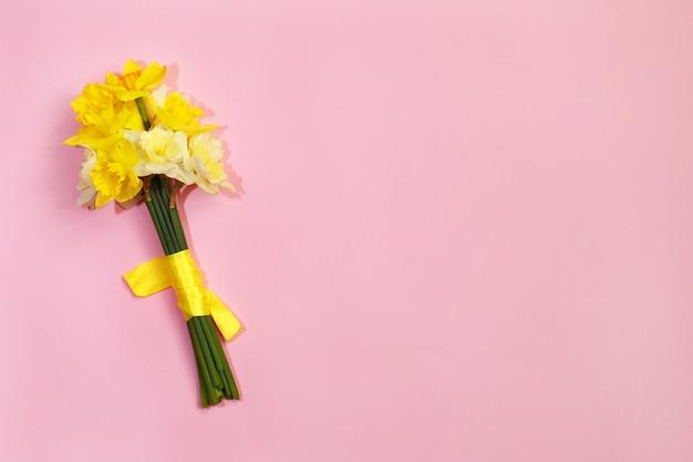 Boeket van narcissen op een roze achtergrond