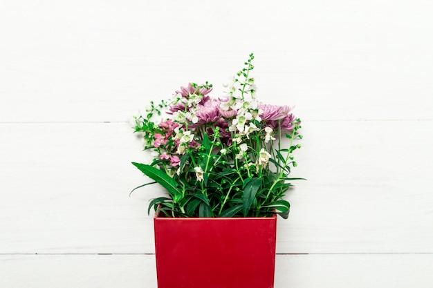 Boeket van natuurlijke bloemen in rode doos