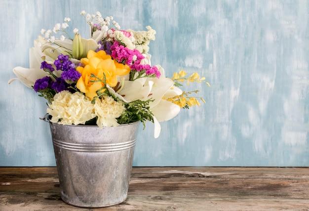 Boeket van natuurlijke bloemen met rozen